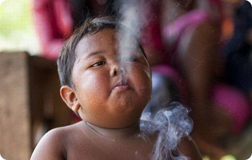 Двухлетний малыш курит