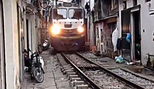 Поезд прямо в переулке