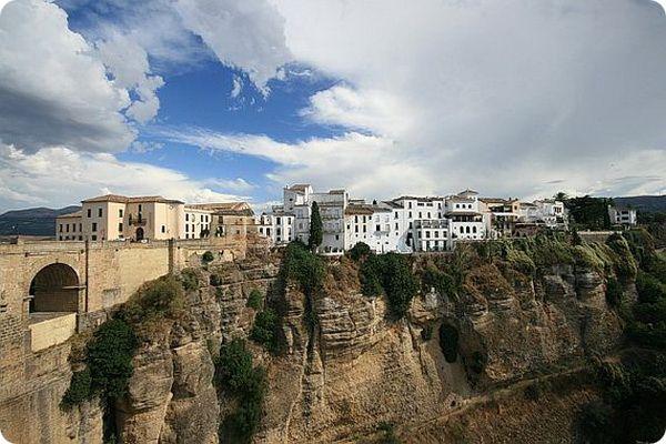 Сетениль Де Лас Бодегас: город, построенный прямо в скале