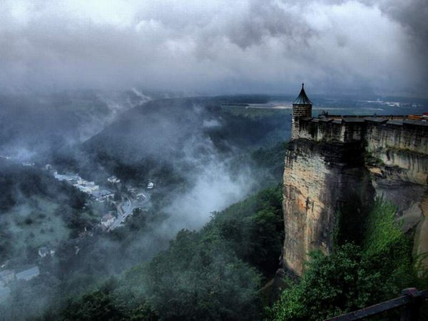 Старинный замок Германии Кёнингштайн