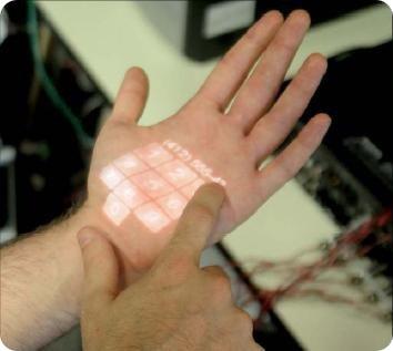 Экран телефона на коже руки