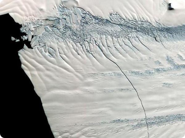 Видеоролик от NASA про огромный треснувший ледник