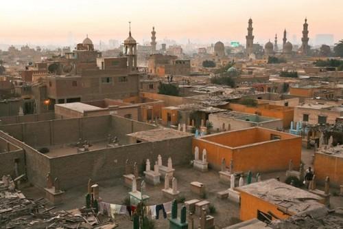 В Каире есть кладбище, на котором живут люди