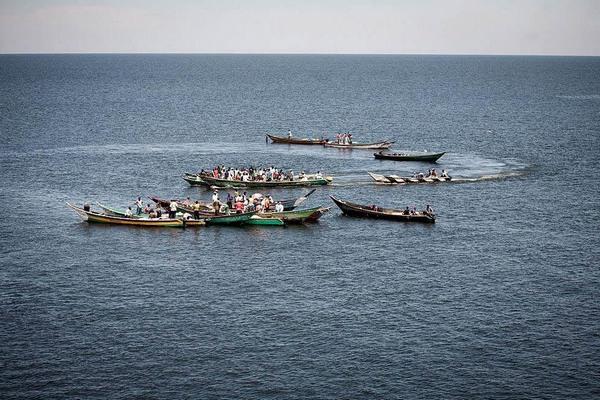 Fischer verkaufen ihren Fang direkt auf dem Wasser an ZwischenhŠndler weiter.